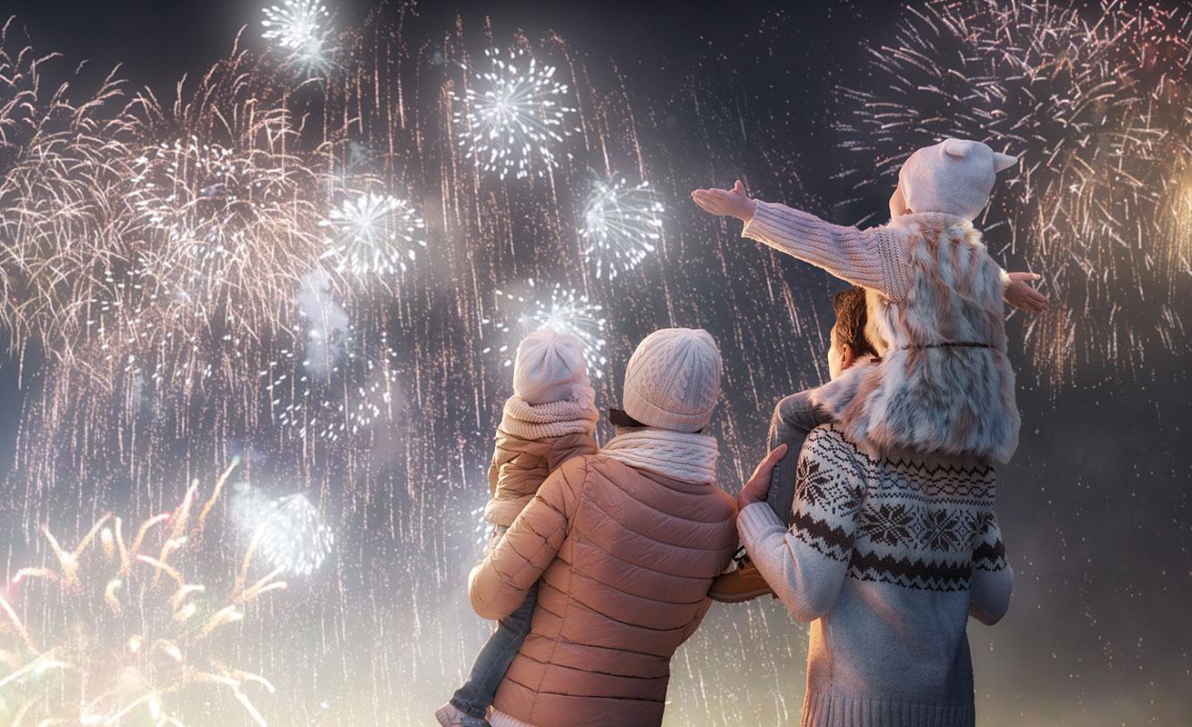 Familie mit Feuerwerk